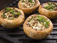 Пълнени гъби с лук, бекон, синьо сирене и кашкавал печени на фурна